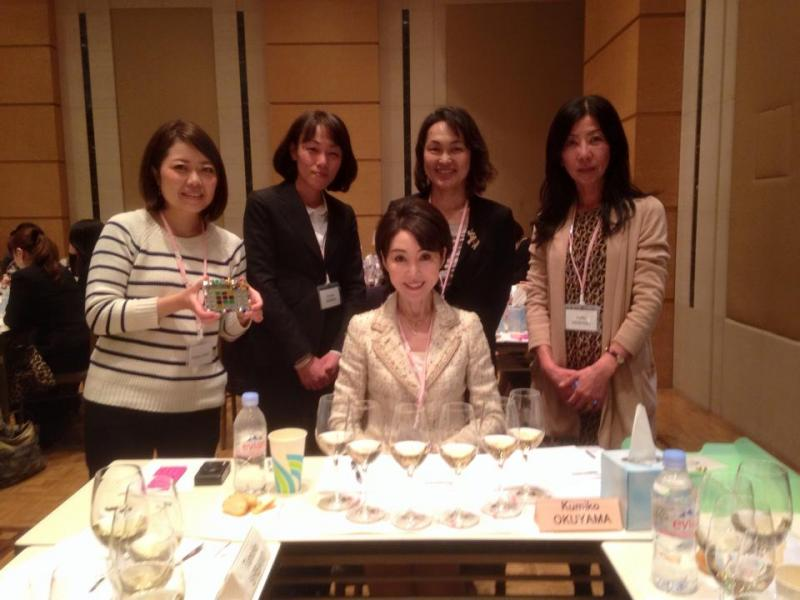 グループで記念撮影。手前がリーダーの奥山久美子先生。
