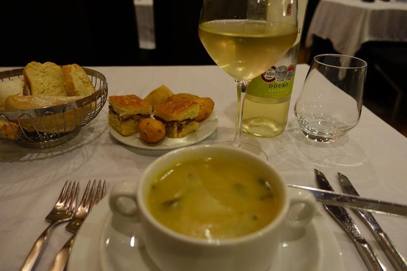 お野菜スープ。奥のお通しのパンやおつまみは下げてもらいました