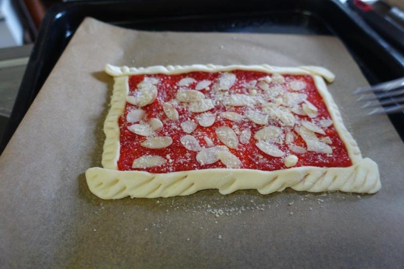 甘マッサを使った赤パプリカのコンフィチュールとナッツのパイも