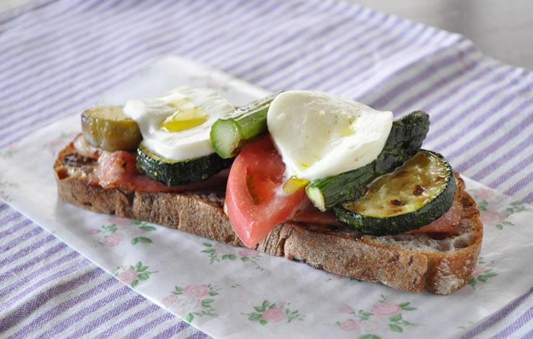 夏野菜とチーズのオープンサンド