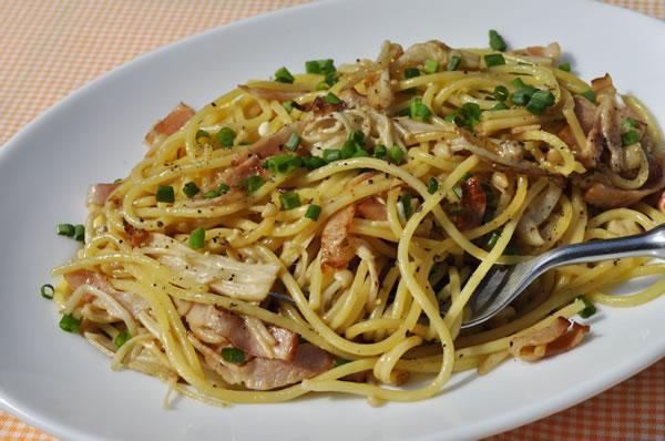 あり合わせの材料で作れる「えのきとベーコンのスパゲッティ」