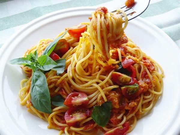 ミニトマトとモッツァレラチーズのパスタ