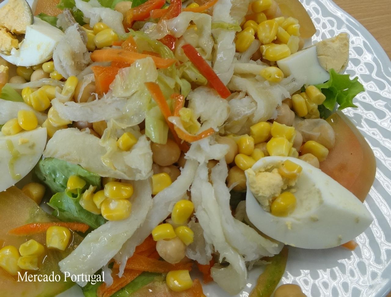 タラ缶とひよこ豆を混ぜ、ゆで卵、トマト、玉ねぎなどとビネガーで和えれば出来上がり。こちらは私の通った学食の定番サラダでした。
