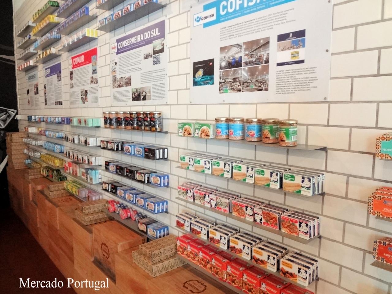 ポルトガルの缶詰を生産している会社の説明(ポルトガル語・英語)が壁に貼られているのでどんな会社の商品なのか知ることもできます。