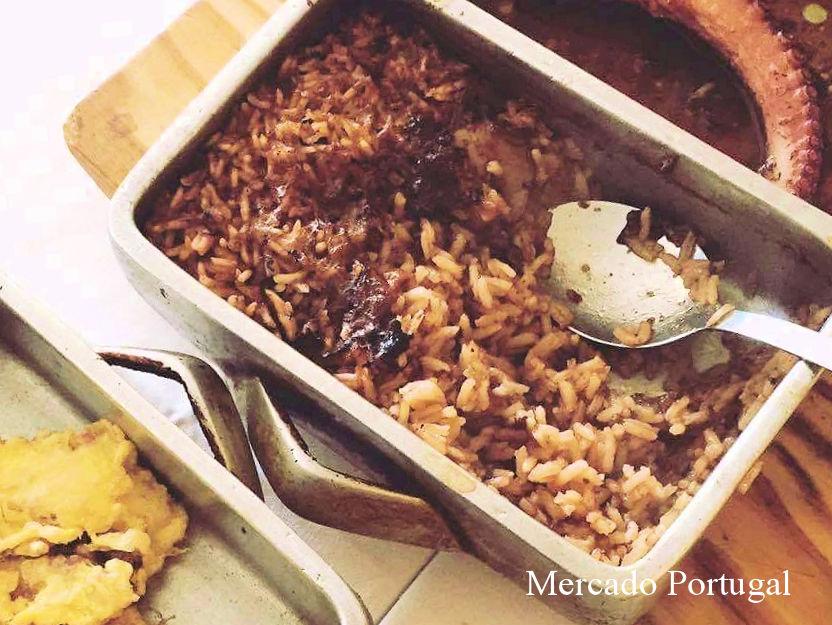 予約が取れない地元っ子に大人気のレストラン、オリィニョシュ・ド・ポルヴォ(Restaurante Olhinhos do Polvo)の看板メニュー。オーブンで焼いたタコご飯が絶品です。こちらはポルト近郊です。