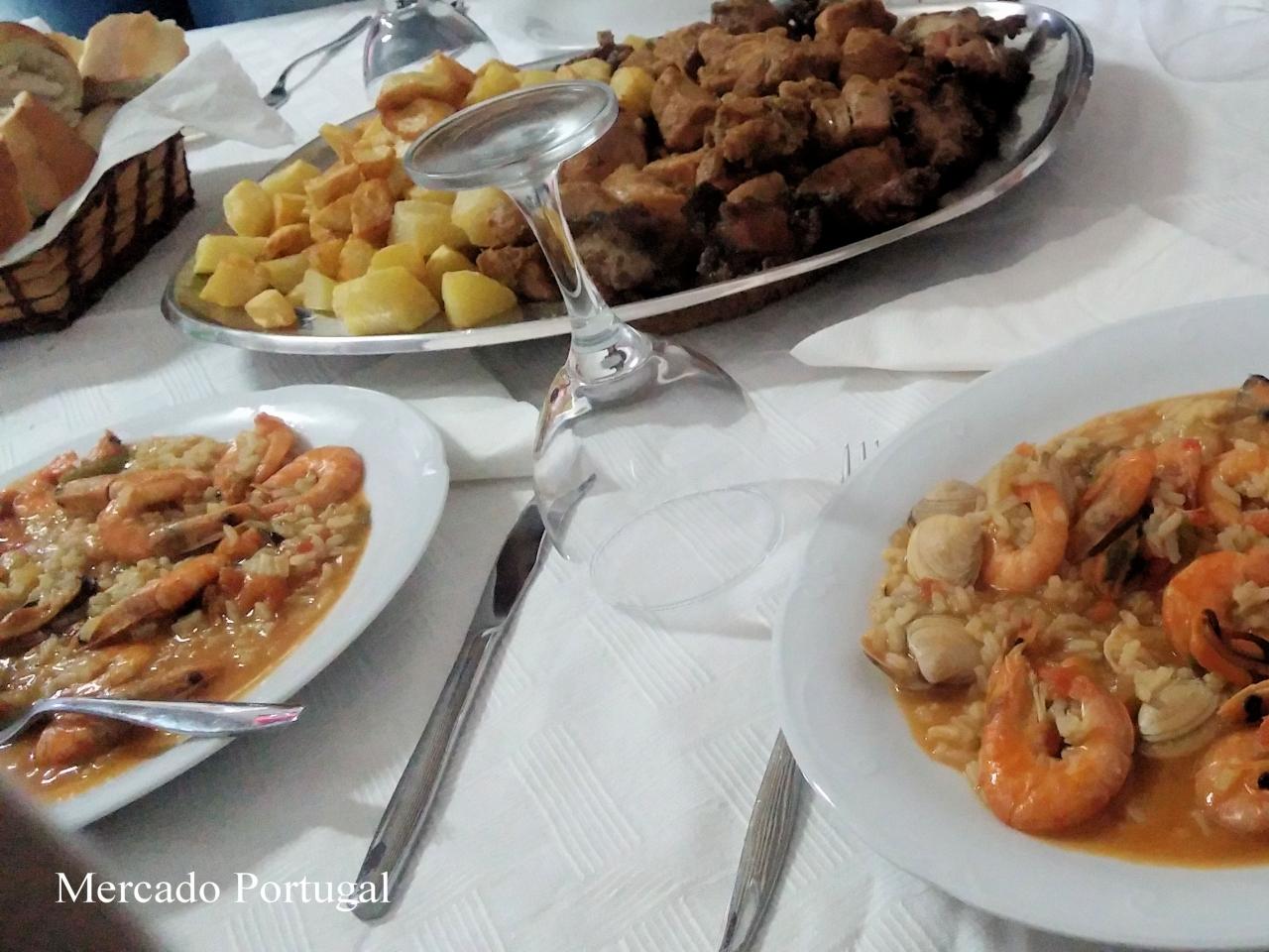 海鮮リゾットにお肉、ポテトにパン…ご馳走です