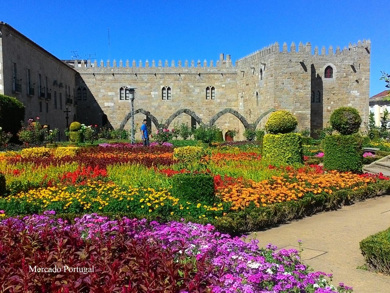 大聖堂の近くにはお花が色鮮やかな庭園もあります。