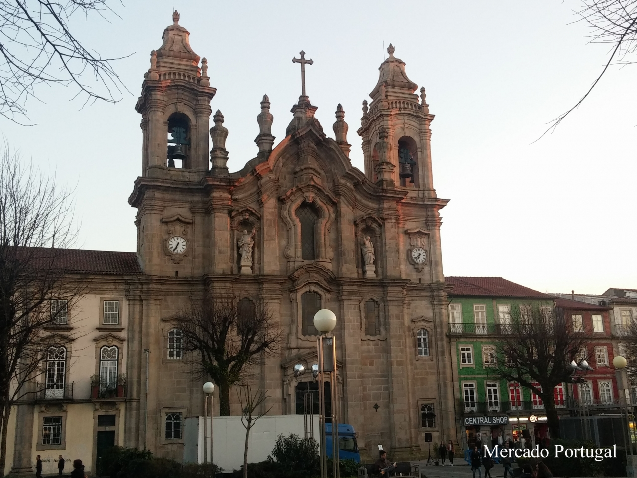 広場の真ん中には信徒教会(Igreja dos Congregados)があります。