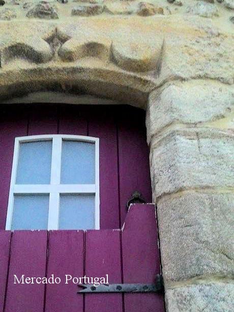 ドアの右側に細く十字架が彫られています。