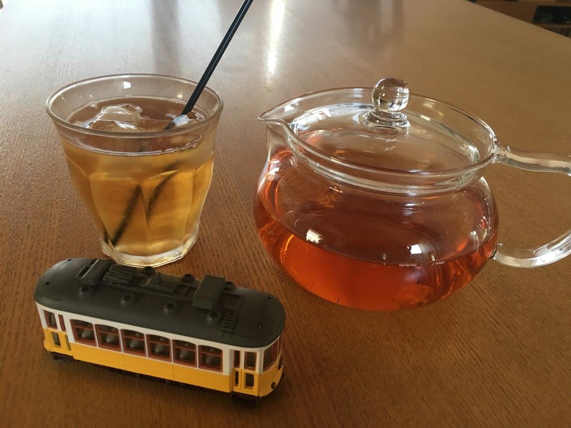 水出しアソーレスの紅茶、お花がなかったので代わりにリスボンの市電を添えて。