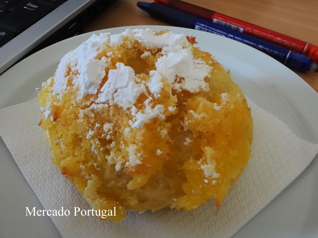 神様のパンと呼ばれる甘めのパン(パォン・デ・デウシュPão de Deus)これにチーズやハムを挟むこともあります。