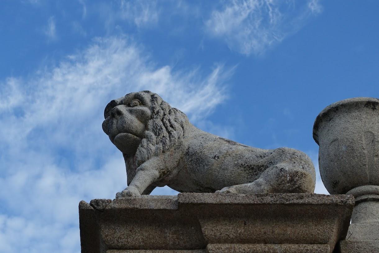 門の上の左右には狛犬、ならぬライオン?!