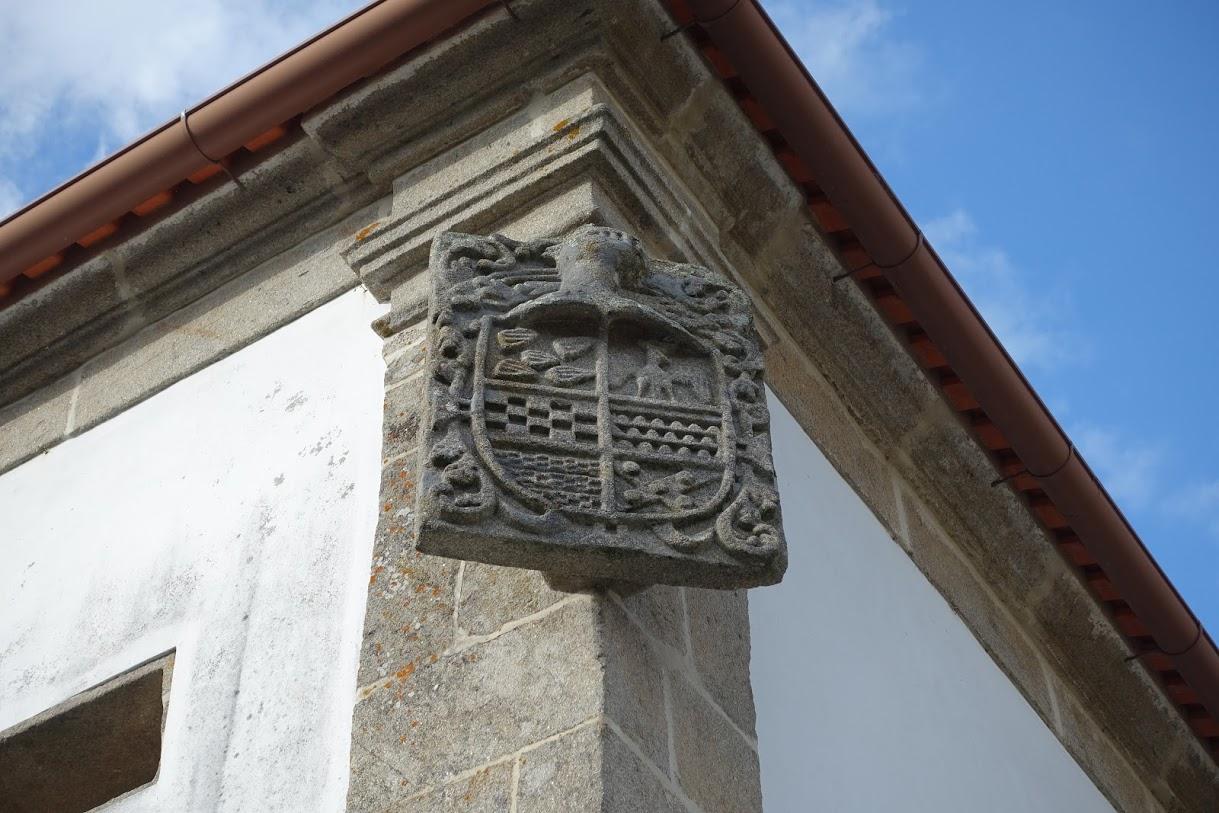 紋章の鷲。私生児のために造られた館なので、建物の角の中途半端な位置に設置されたとか。