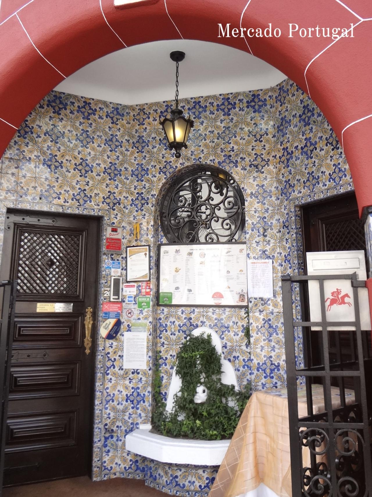 こちらは家族経営レストランの玄関