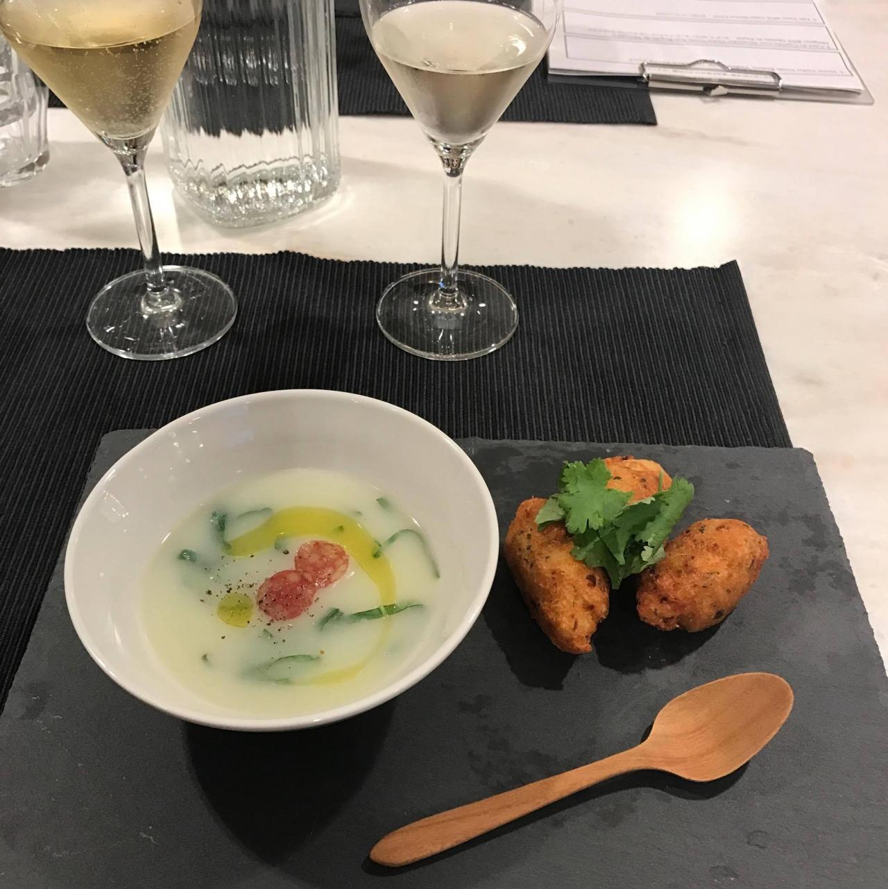 白ワイン2種類&ポルトガルの伝統スープ「カルドヴェルデ」とバカリャオ(干ダラ)のコロッケ。パーフェクトな組み合わせ♪