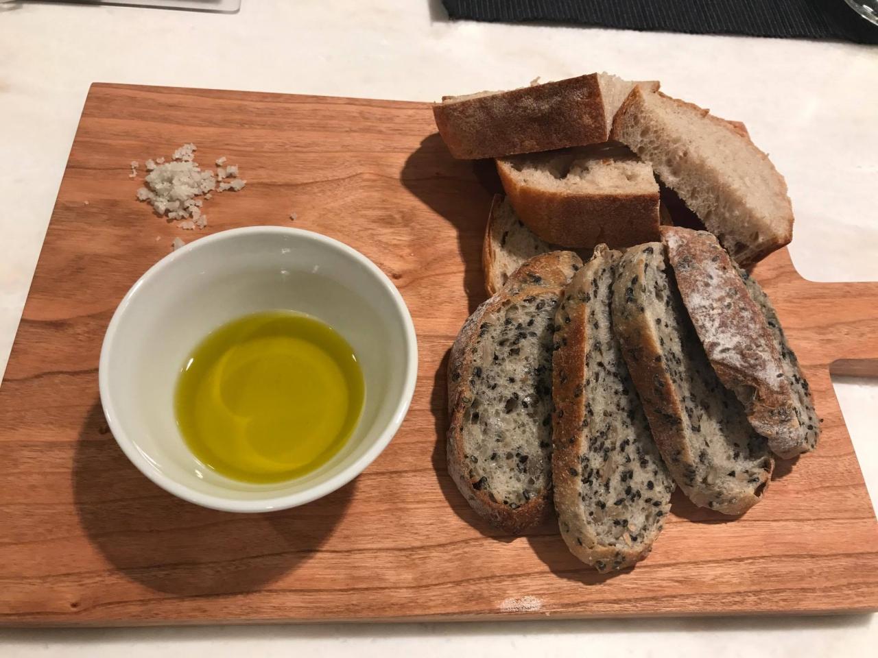 お料理教室の自家製パンとCARMオリーブオイル!贅沢なおつまみ