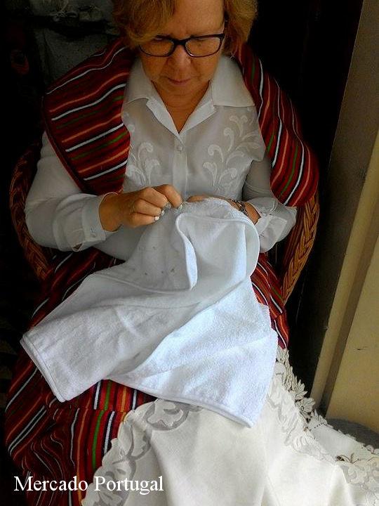 老舗ブランド・ボルダル(Bordal)の店頭では、職人の女性が作業をしていました。