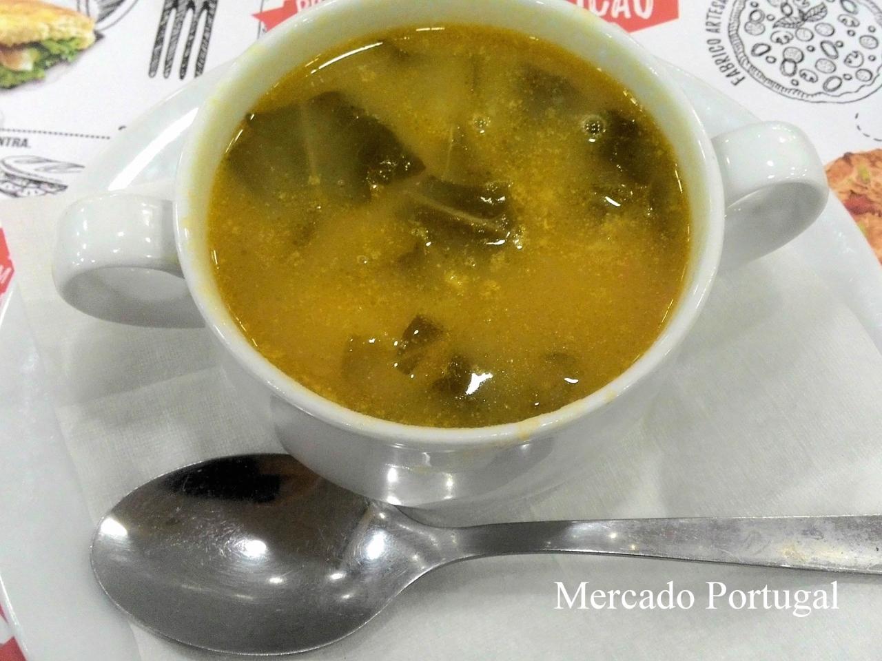 一般的なカフェでこのくらいのサイズのスープを頼むと、1.5ユーロくらいです。