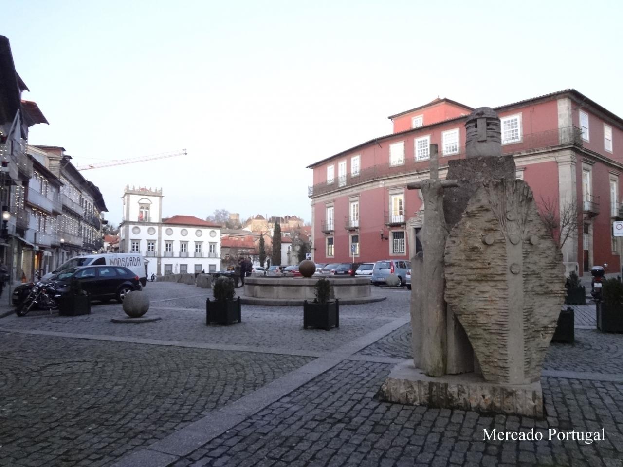 ちなみに町の中にもちょっと可愛いアフォンソ1世の銅像があります。