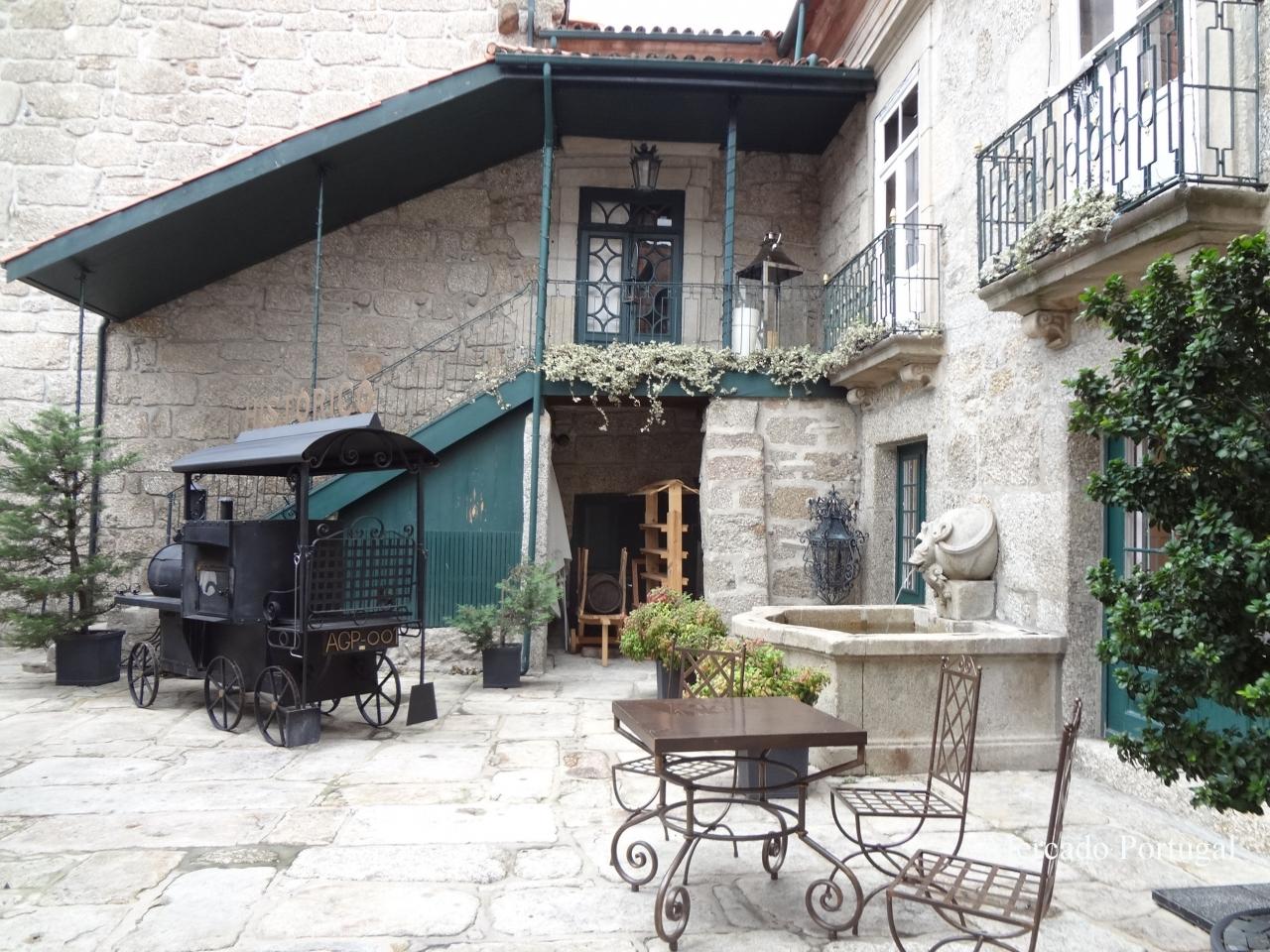 街中のレストラン。入口もとても落ち着いた雰囲気。