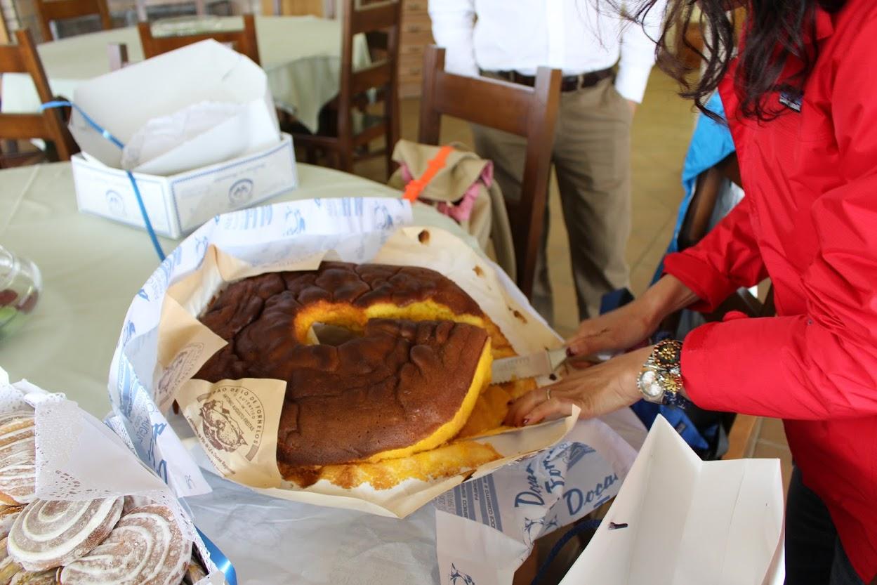 美味しい卵を使っているに違いない黄色!かなり大きめのパン・デ・ロー