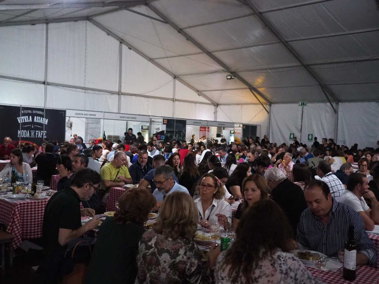 仮設テントの中は仔牛のローストを食べに来た人々でいっぱい!全員がヴィーニョス・ノルテのワインを飲んでいます!