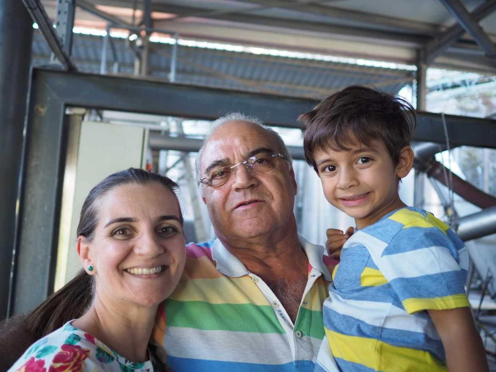 左からヴェラさん、オーナーでありお父さんのジョアキンさん、ヴェラさんの息子ロドリゴくん。