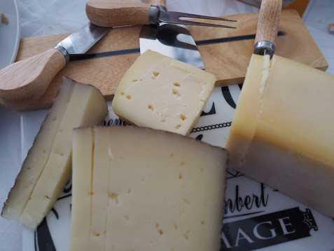 地元のチーズ。ヤギと牛の乳のブレンド、チーズの余韻が長く、ワインとマリアージュがパーフェクト!