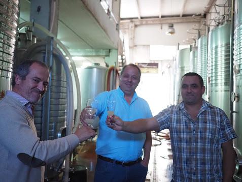 醗酵途中のワインで乾杯、左からワインスペシャリストのカルロス、ヴィトール、ルイーシュ