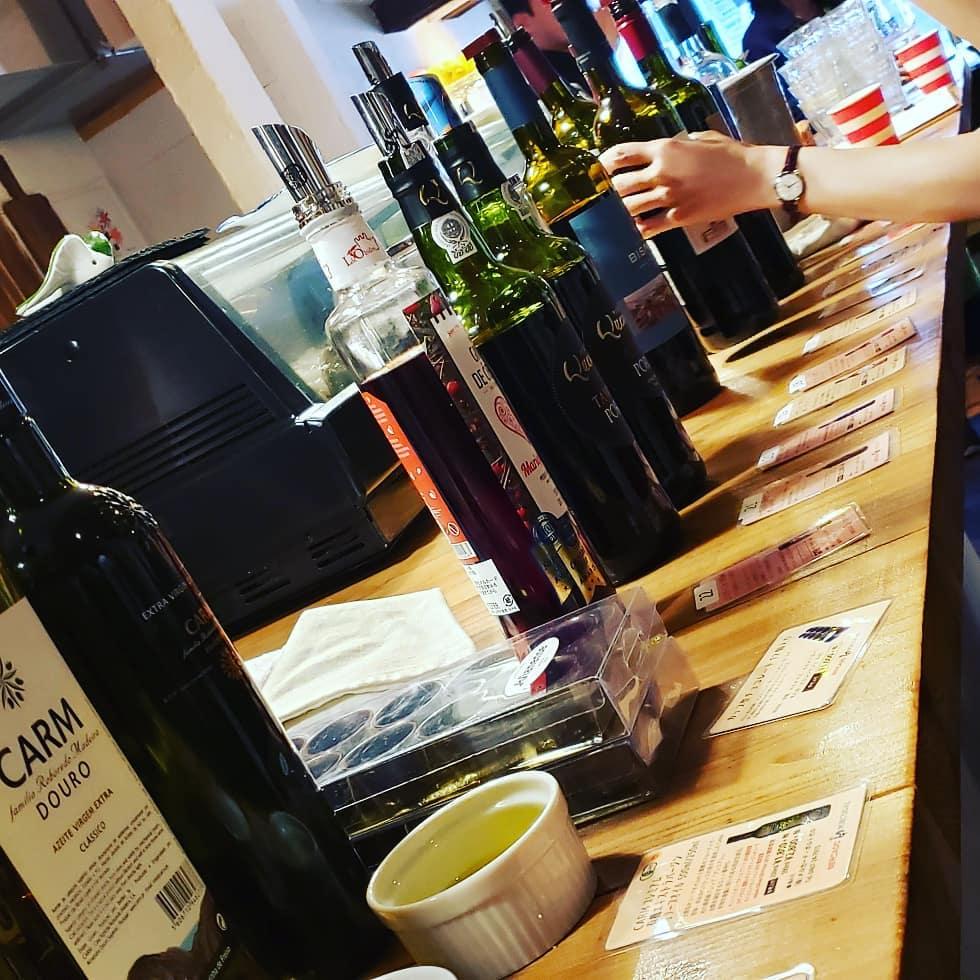 カウンターに並ぶ赤ワイン、ポートワイン、オリーブオイル