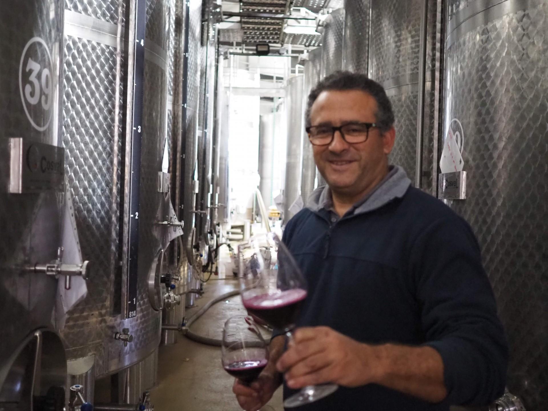CARM醸造家のアントニオに醗酵途中のワインを試飲させてもらいました。