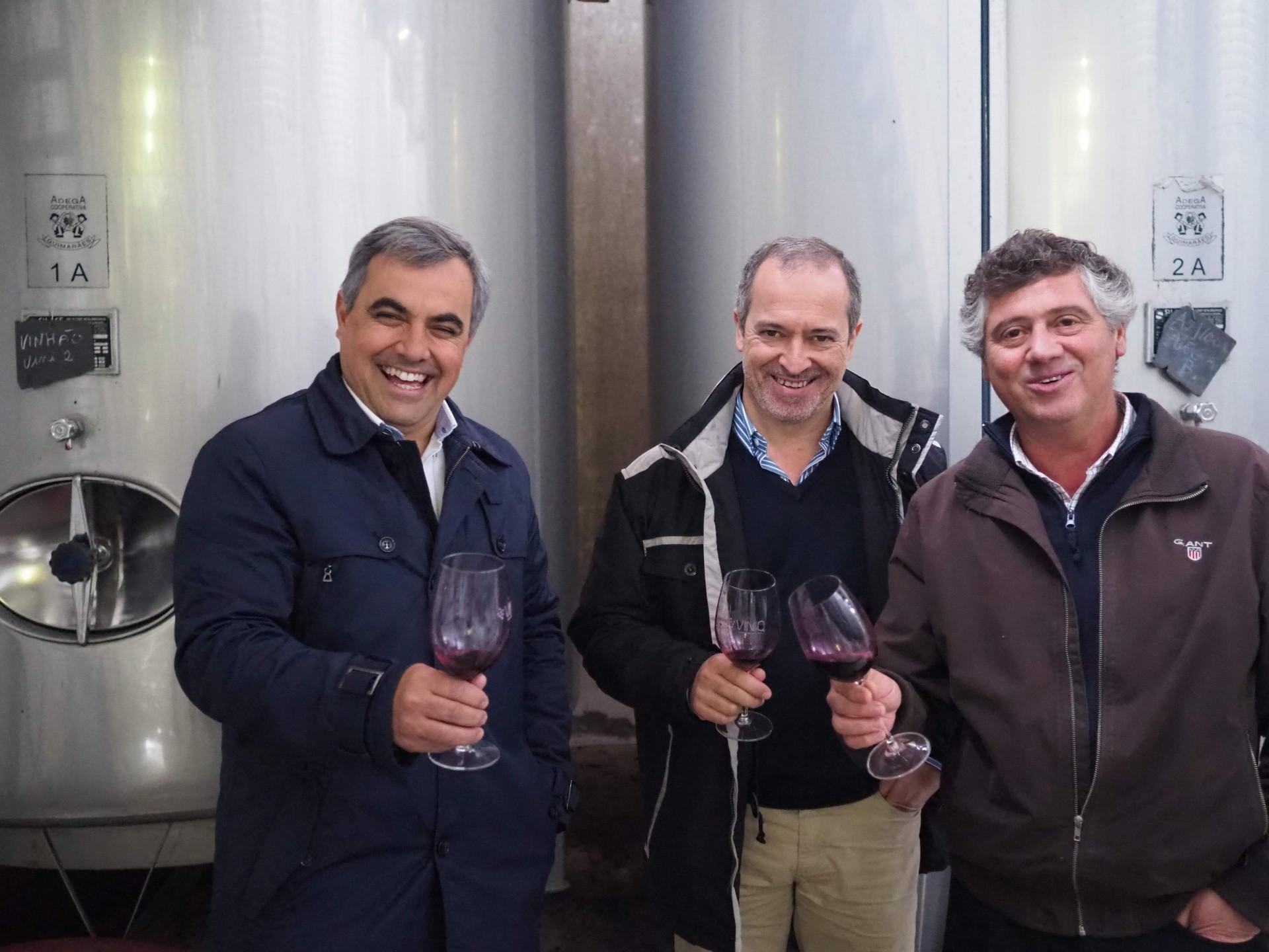 今回の旅のお気に入りベスト10に入るナイスショット!左が醸造家のペドロ、右がオーナーのジョゼ、真ん中がカルロス