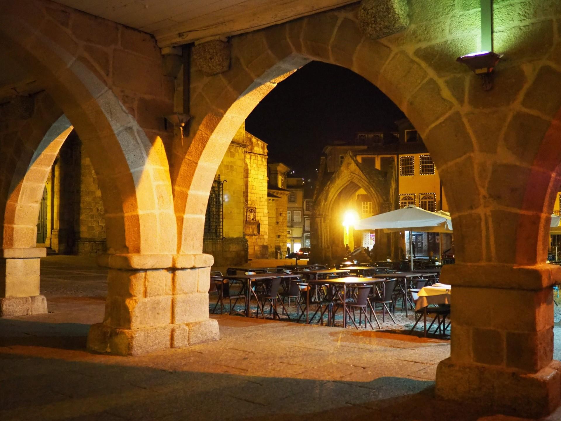 プラサ・デ・サンティアーゴは、ギマラインズの旧市街にあるこの広場のことです。