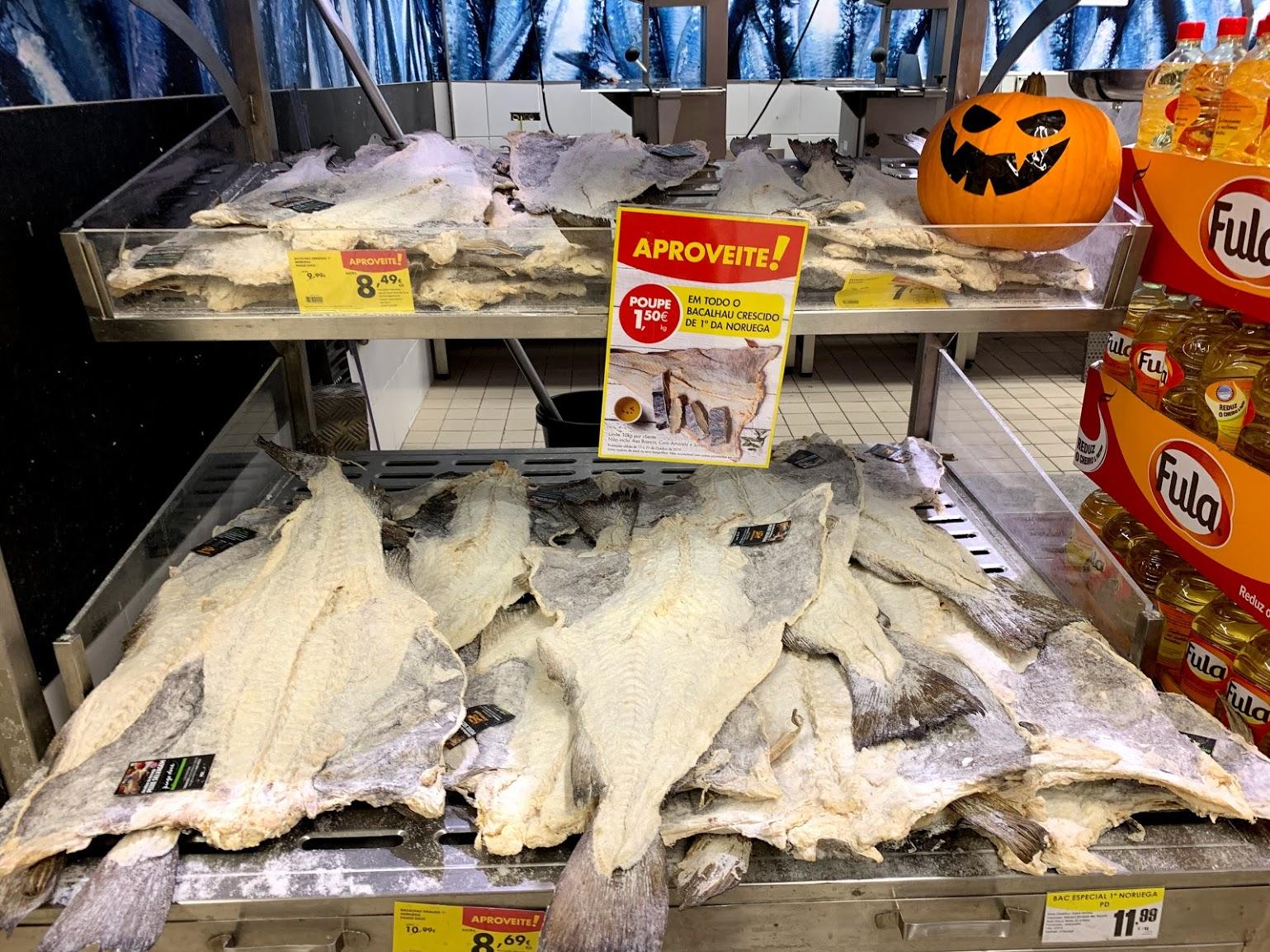 塩漬けだから常温保存OK!ポルトガルのスーパーで山積みのバカリャウ!