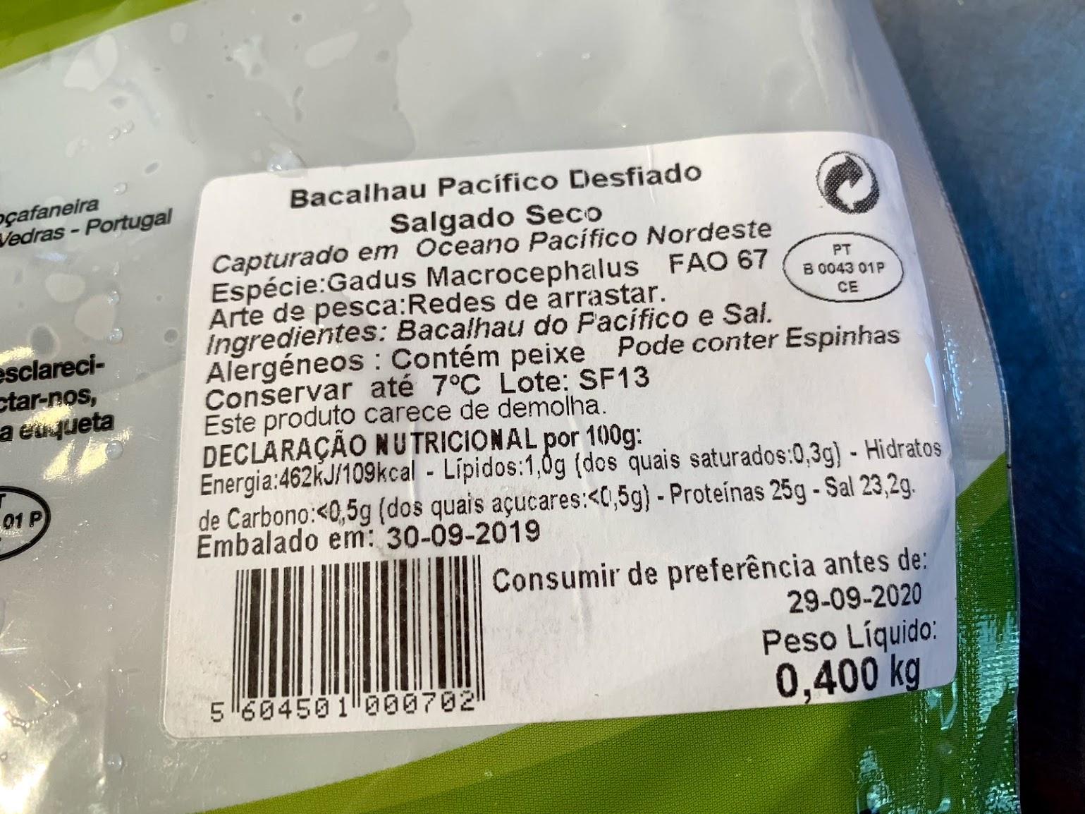 栄養成分表示をチェックすると、バカリャウ100g中に含まれる塩分は23.2g、これを塩抜きします