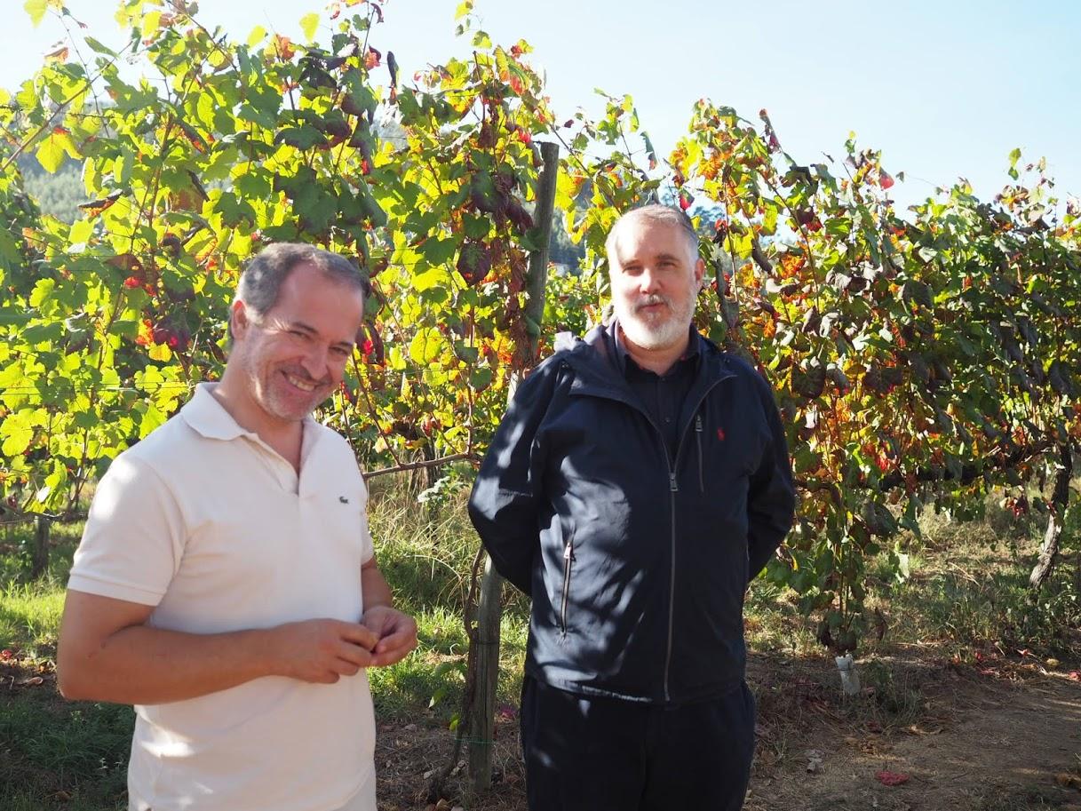 ワインスペシャリストのカルロス(左)、カーザ・デ・パッソスの生産者パウロ(右)と